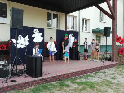 Kabaret na jednej nodze na scenie podczas Potupajki w Sworach